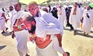 Egyptian pilgrim who carried an older man during Haj on his back
